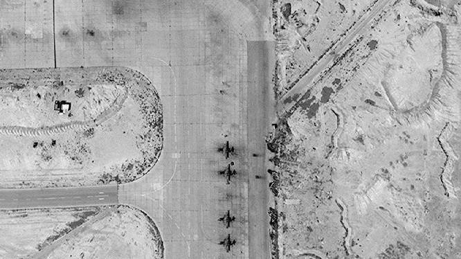 Phi đội 4 chiếc S-25 trên sân bay quân sự T-4 Tyas