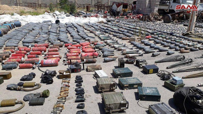 Vũ khí, trang thiết bị chiến tranh thu được ngoại ô thủ đô Damascus. ảnh SANA