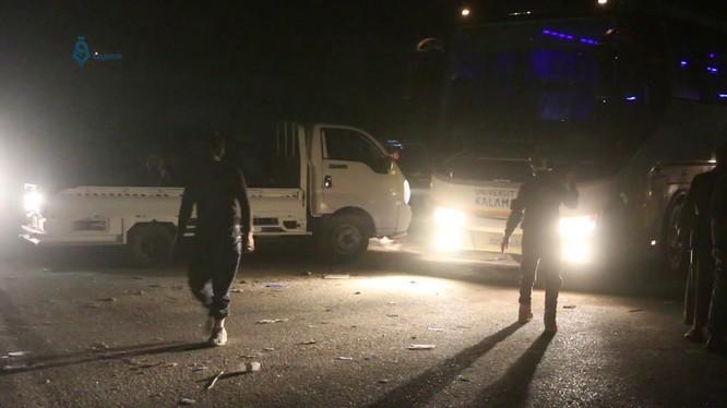 Các xe buýt di tản đang tiến về địa phận tỉnh Idlib. Ảnh minh họa video Qasioun News Agency