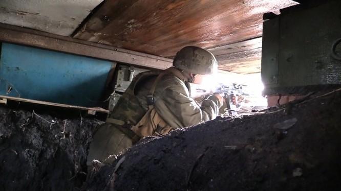 Binh sĩ lực lương dân quân Donesk đánh trả các cuộc tấn công của quân đội Kiev