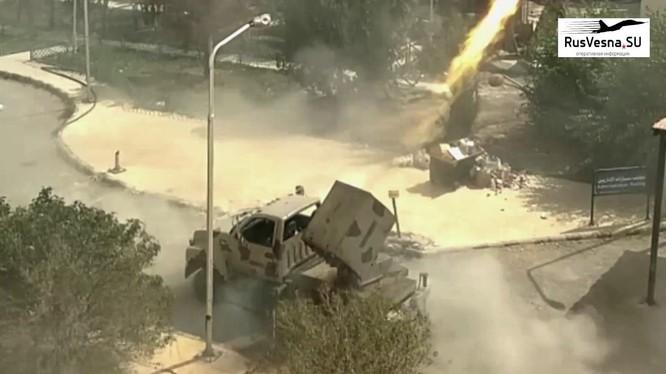 Lực lượng sư đoàn cơ giới số 4 sử dụng Golan hủy diệt khủng bố ở ngoại ô Damascus. Ảnh minh họa video Rusvesna