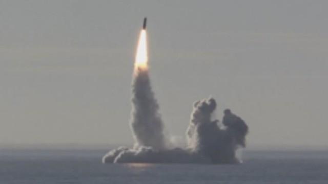 Tàu ngầm Yuri Dolgoruky phóng tên lửa Bulava trong trạng thái lặn ngầm. Ảnh minh họa video Voennaia Taina(Bí mật quân sự)