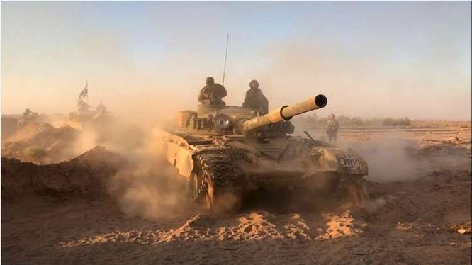 Xe tăng quân đội Syria tấn công trên sa mạc tỉnh Homs