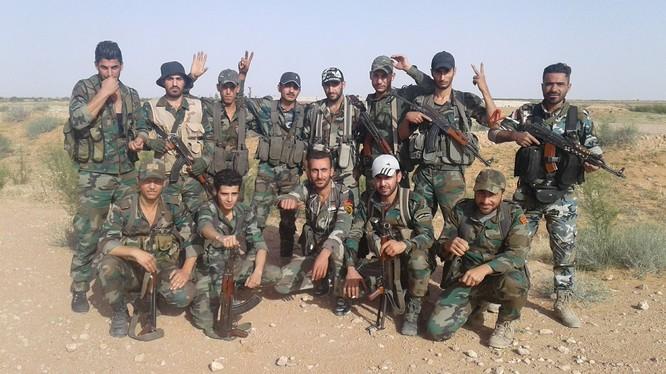 Các binh sĩ thuộc lữ đoàn 104 Vệ binh Cộng hòa trên sa mạc Homs. Ảnh minh họa Murâelon