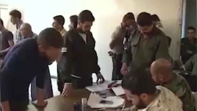 Những tay súng Hồi giáo cực đoan nộp súng đầu hàng ở khu vực Rastan. Ảnh minh họa video