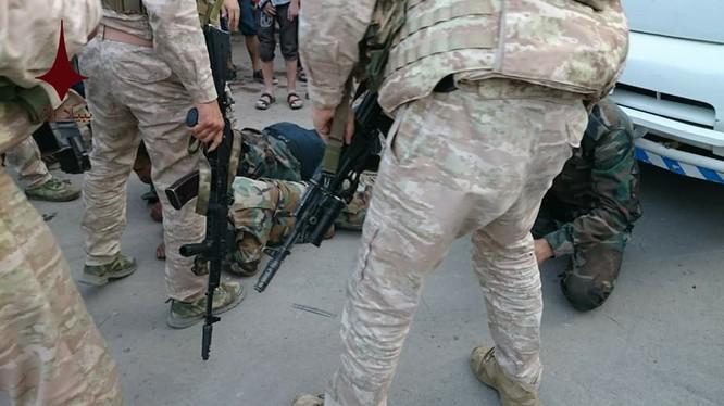 Một số binh si Syria bị bắt giữ vì đã cướp bóc ở quận Trại tị nạn Yarmouk. Ảnh Masdar News