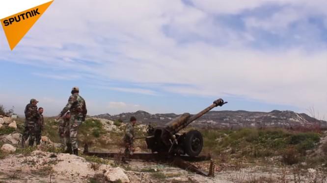 Quân đội Syria pháo kích vào trận địa của lực lượng Hồi giáo cực đoan ở Latakia. Ảnh minh họa video