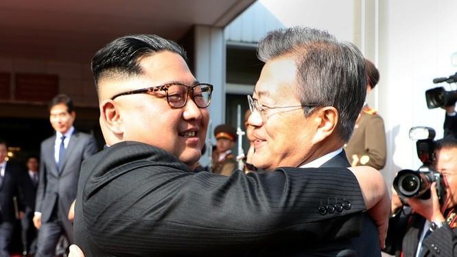 Cái ôm lịch sử giữa 2 nhà lãnh đạo bns đảo Triều Tiên. Ảnh Global News