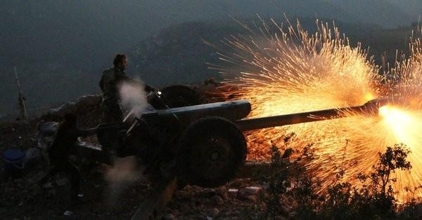 Quân đội Syria pháo kích và các trận địa của lực lượng Hồi giáo cực đoan ở Latakia. Ảnh minh họa Masdar News