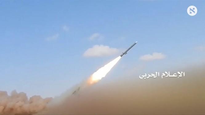 Lực lượng Hiuthi phóng tên lửa tấn công quân đội Ả rập Xê út. Ảnh minh họa Masdar News