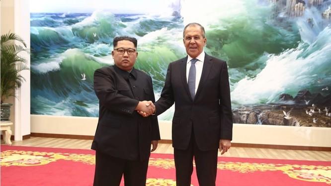 Ngoại trưởng Lavrov gặp và chào xã giao nhà lãnh đạo nước Cộng hòa Nhân dân Triều Tiên, ông Kim Jong-un. Ảnh minh họa RT
