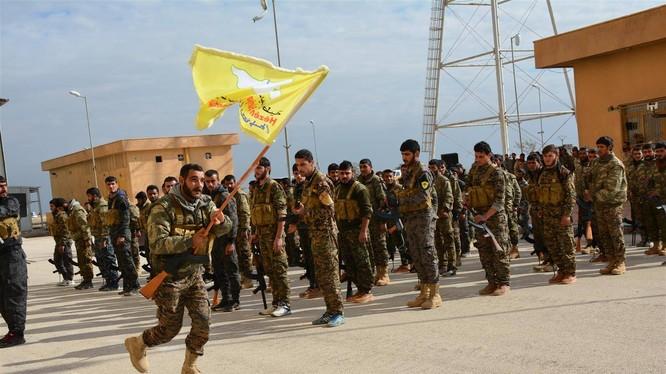 Lực lượng dân quân người Kurd rút khỏi thành phố phía bắc Syria Manbij. Ảnh Masdar News
