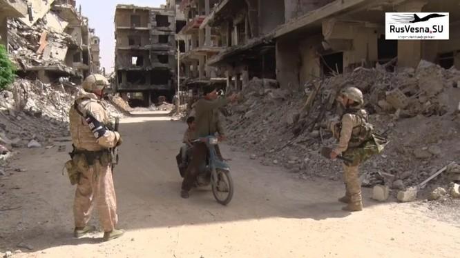 Quân cảnh Nga trên đường phố thành phố Douma. Ảnh Rusvessna