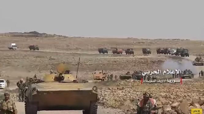 Quân đội Syria hành quân trên chiến trường sa mạc Suwayda. Ảnh minh họa video Quân đội Syria