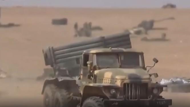 Quân đội Syria tấn công lực lượng IS ở Abukamal. Ảnh video South Front
