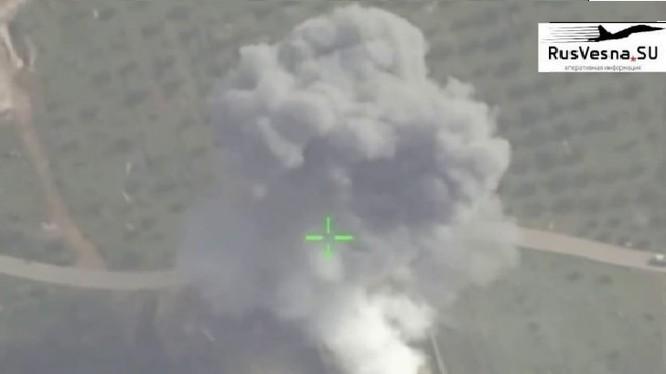 Không quân Syria nem bom huy diệt trụ sở của lực lượng Hồi giáo ở miền bắc Hama. Ảnh minh họa video Rusvesna