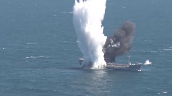 Tầu chở dầu Thổ Nhĩ Kỳ nổ tung trong cuộc tập trận. Ảnh video Masdar News