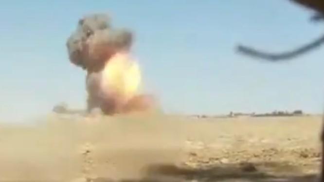 Binh sĩ lực lượng dân quân người Kurd phá hủy 1 xe đánh bom tự sát VBIED. Ảnh Masdả News