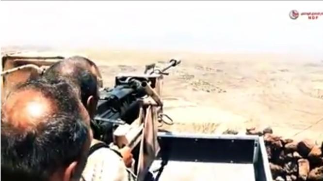 Các binh sĩ thuộc lực lượng vũ trng địa phương NDF chiến đấu trên sa mạc tỉnh Sweida. Ảnh minh họa video