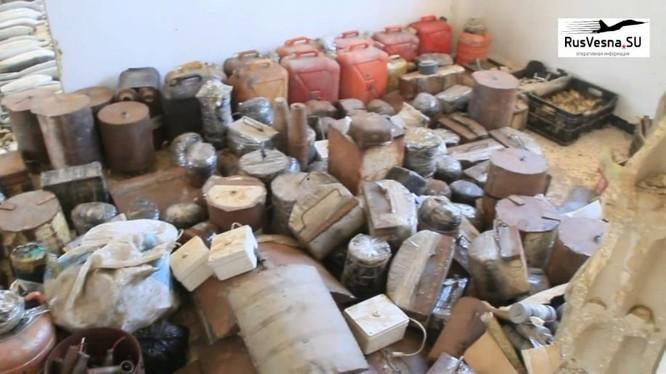 Kho vũ khí quân cảnh Nga mới phát hiện được ở khu vực Rastan phía bắc tỉnh Homs. Anhe video Rusvesna