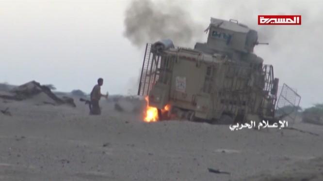 Lực lượng Houthi hủy diệt xe cơ giới của liên minh quân sự do Ả rập Xê út dẫn đầu. Ảnh video truyền thông Houthi