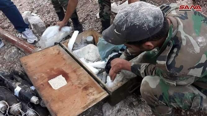 Binh sĩ quân đội Syria trên vùng sa mạc tỉnh Homs, Deir Ezzor bên đường hầm cất giấu vũ khí của IS. Ảnh Masdar News