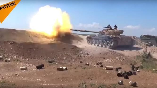 Xe tăng quân đội Syria phản kích ác liệt chống lại các nhóm Hồi giáo cực đoan phía bắc Hama. Ảnh video