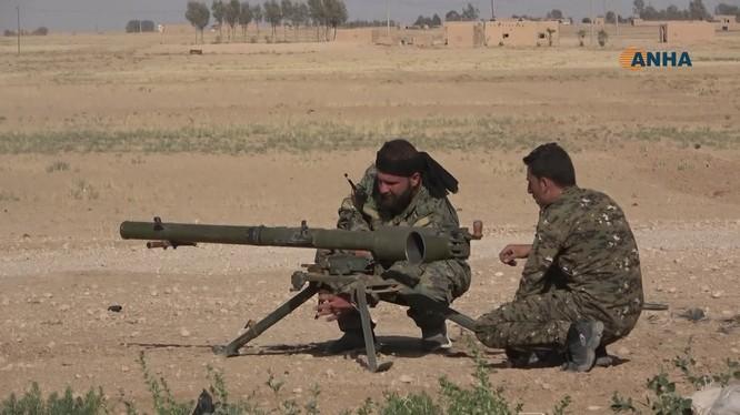 Lực lượng SDF tấn công trên sa mạc tỉnh Al-Hasakah, Syria. Ảnh minh họa video ANHA