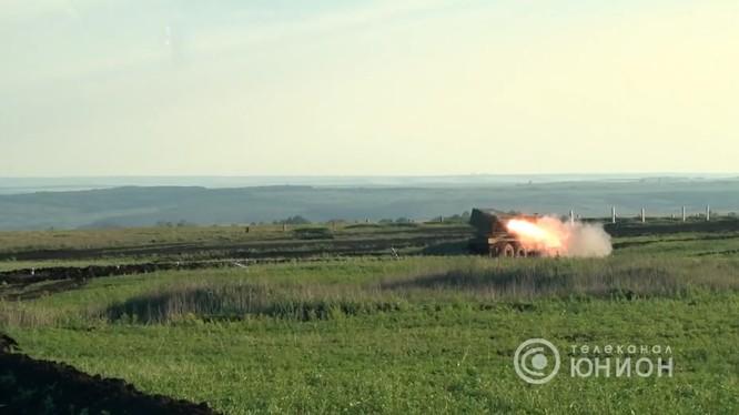"""Pháo phản lực """"Cheburashka"""" MLRS bắn thử nghiệm trên thao trường Donesk. Ảnh video"""