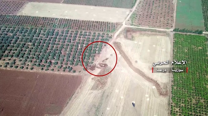 Pháo binh quân đội Syria bắn phá trận địa phòng ngự của lực lượng Hồi giáo cực đoan ở Daraa. Ảnh minh họa video
