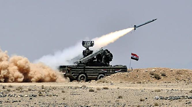 Phòng không quân đội Syria đánh trả không quân Israel. Ảnh minh họa Masdar News
