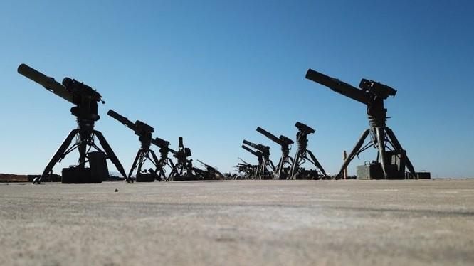 Các tổ hợp tên lửa chống tăng TOW2A trong khu chiến lợi phẩm lực lượng Tiger. Ảnh minh họa video