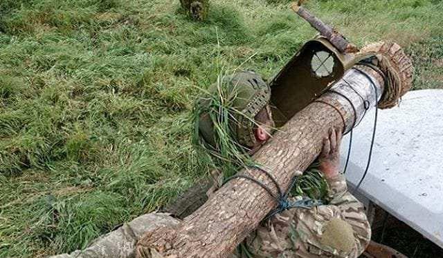 """Quân đội Ukaina huấn luyện sử dụng tên lửa chống tăng siêu hiện đại Javelin Mỹ bằng tên lửa """"gỗ"""""""