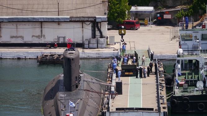 Tàu ngầm Kilo 636.3 nạp ngư lôi thế hệ UET-1. Ảnh blog bmpd
