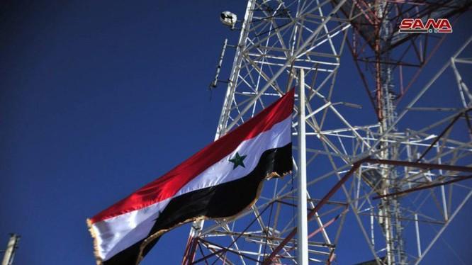 Quân đội Syria thượng cờ trên thị trấn Tafas. Ảnh video SANA