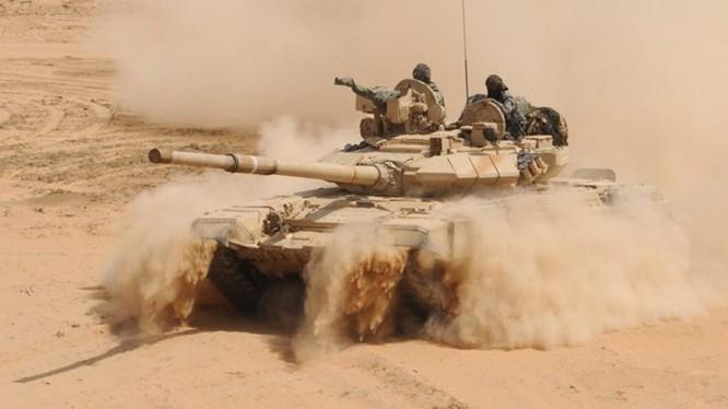 Xe tăng quân đội Syria tiến công IS trên chiến trường. Ảnh minh họa Masdar News