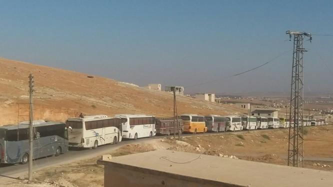 Đoàn xe buýt di tản người dân từ 2 thị trấn bị bao vây. Ảnh truyền thông đối lập Syria