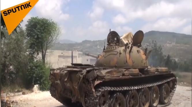Quân đội Syria pháo kích trên chiến trường Latakia. Ảnh video Sputnik