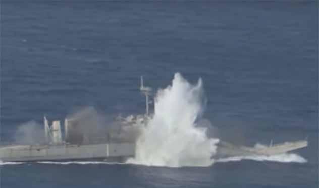Tàu đổ bộ mục tiêu bị trúng ngư lôi Mk 48 của Mỹ. Ảnh video RIMPAC 2018
