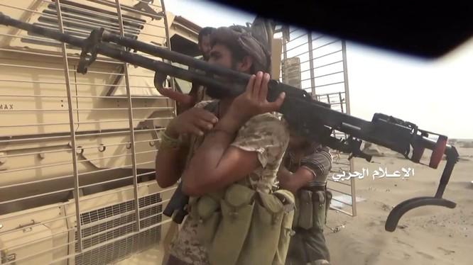 Lực lượng Houthi đánh chiếm 1 xe cơ giới bọc thép của Liên minh quân sự do Ả rập Xê út dẫn đầu. Ảnh video