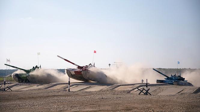 """Các xe tăng tham gia hội thao """"Tank Biathlon"""", ảnh TVZvezda"""