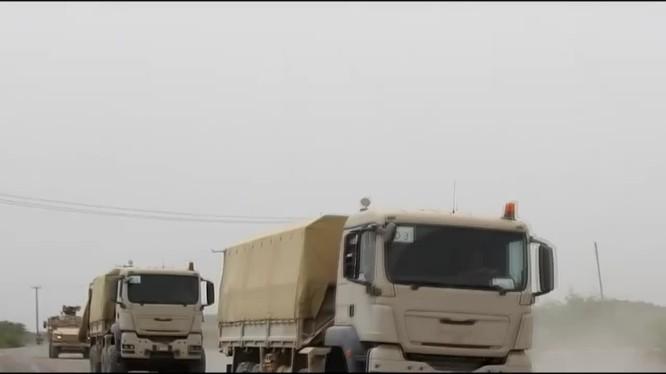 Đoàn xe liên minh quân sự Yemen do Ả rập Xê út hậu thuẫn tấn công. Ảnh video