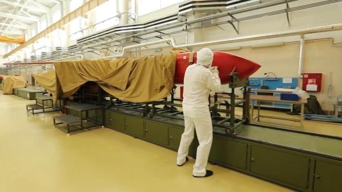 Lắp ráp tên lửa hành trình động cơ nguyên tử trong nhà xưởng thử nghiệm. Ả video Bộ Quốc phòng Nga.