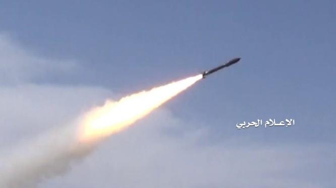 Lực lượng hải quân Houthi phóng tên lửa chống tàu tấn công chiến hạm của A rập Xê út. Ảnh minh họa Masdar News