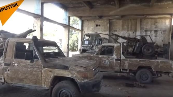 Những xe cơ giới được các chiến binh Hồi giáo cực đoan giao nộp. Ảnh video Sputnik