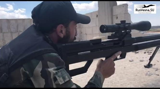Một xạ thủ bắn tỉa của FSA tham gia chiến đấu chống IS ở Daraa. Ảnh minh họa video