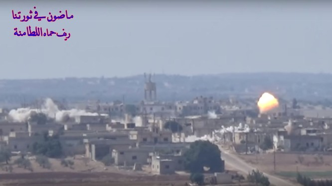 Pháo binh - tên lửa quân đội Syria bắn phá dữ dội thị trấn Al-Lataminah. Ảnh minh họa video Masdar News