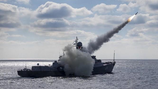 Tàu tuần biển mang tên lửa Nga chiến đấu. Ảnh minh họa TVZvezda