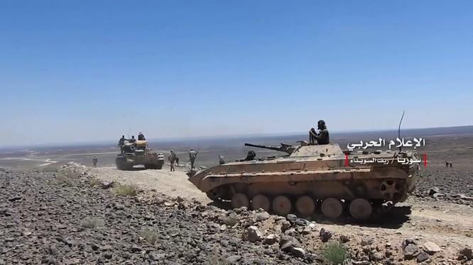 Quân đội Syria tiến công trên hoang mạc Sweida. Ảnh minh họa Masdar News