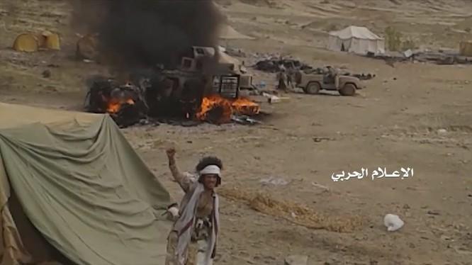 Chiến binh Houthi tấn công tiền đồn của quân đội Ả rập Xê út. Ảnh minh họa vdeo truyền thông Houthi